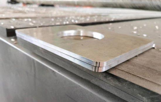 Lieferung eines CNC-Fräsers für Aluminium